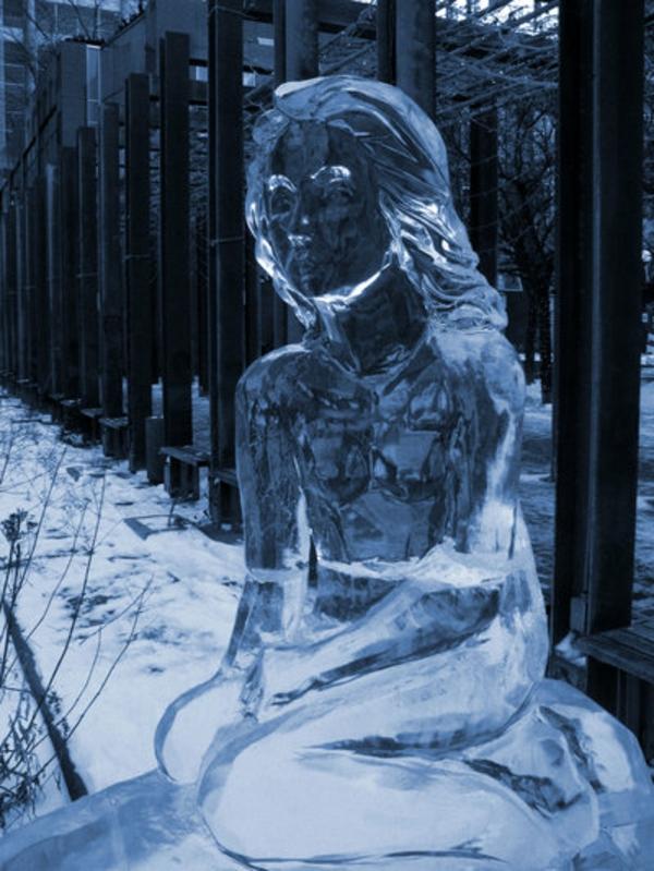 Photos Humour : sculpture-de-glace-une-dame-triste