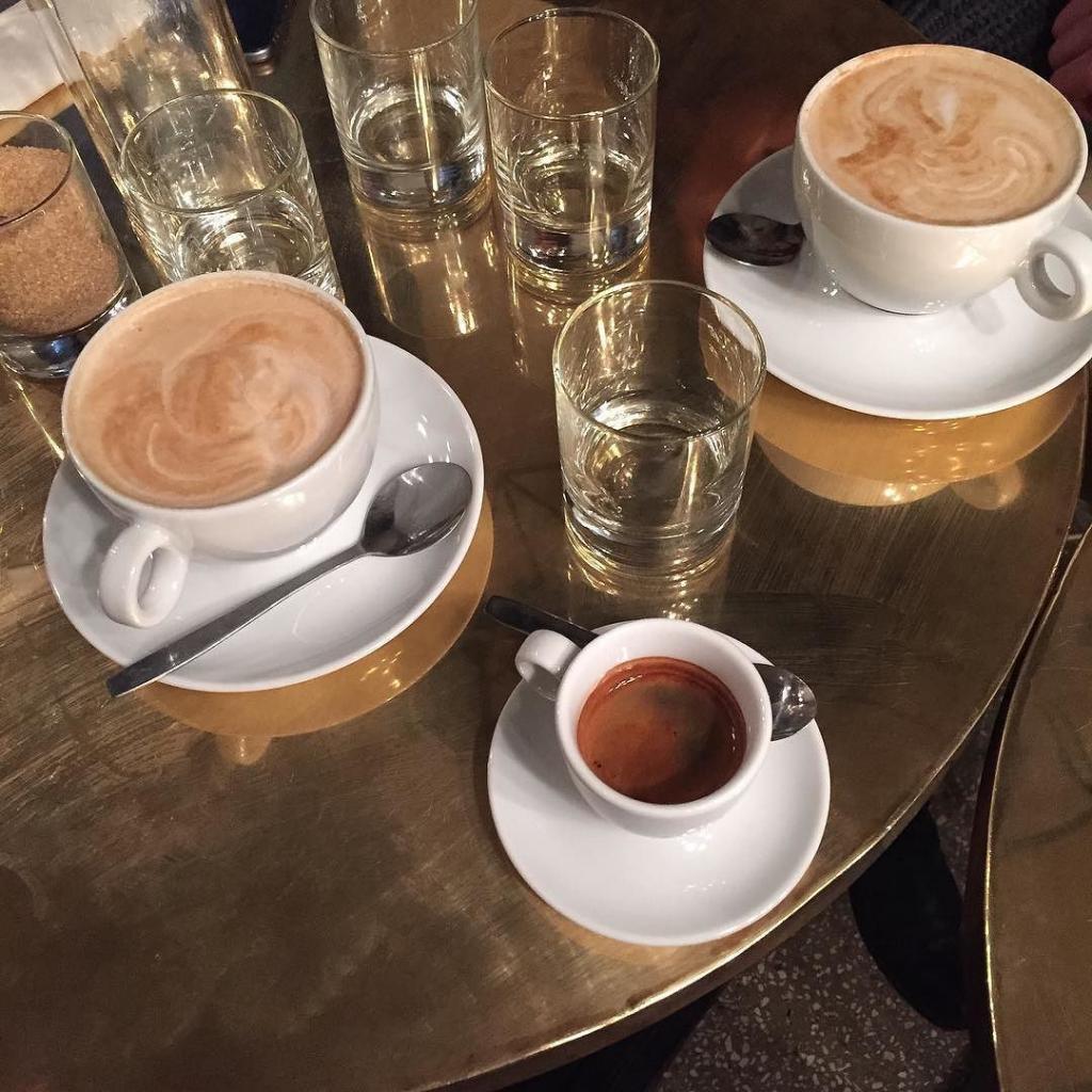 Photos Humour : Le café est servi avec un verre d